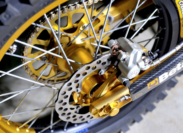 Pay close attention to the swingarm ... yes, it's solid gold! Well, not really, but it might as well be. Nearly every aluminum part that could be anodized on his bike, was. According to Vanni, each wheel (front and back) is worth 2000 Euro's alone.