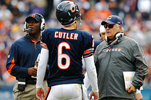 Chicago Bears quarterback Jay Cutler (6) talks with offensive coordinator Mike Martz, right, and coach Lovie Smith