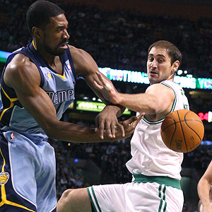 Elsa/Getty Images Leon Powe and Nenad Krstic battle for the ball near