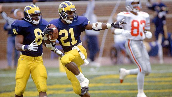 Desmond Howard with the Michigan Wovlerines against the Ohio State Buckeyes doing the Heisman Trophy pose