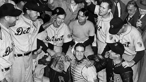 Roy Cullenbine tips the cap of winning pitcher Hal Newhouser after the Tigers defeated the Cubs in Game 7 of the 1945 World Series.