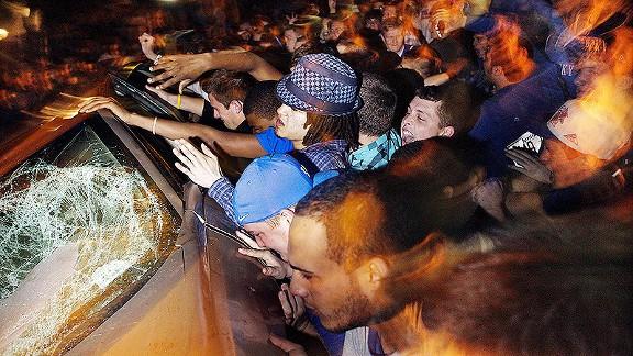 Kentucky fans overturn a car