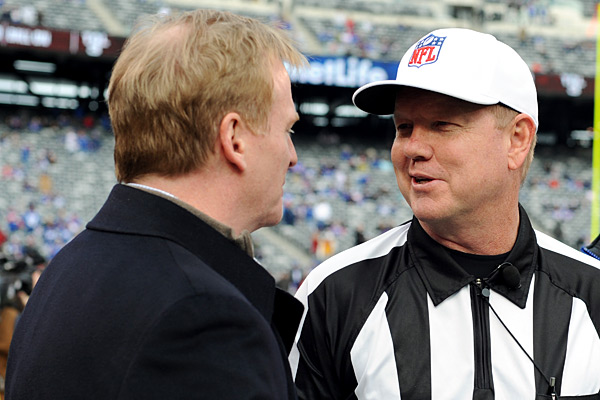 Referee Carl Cheffers con Roger Goodell