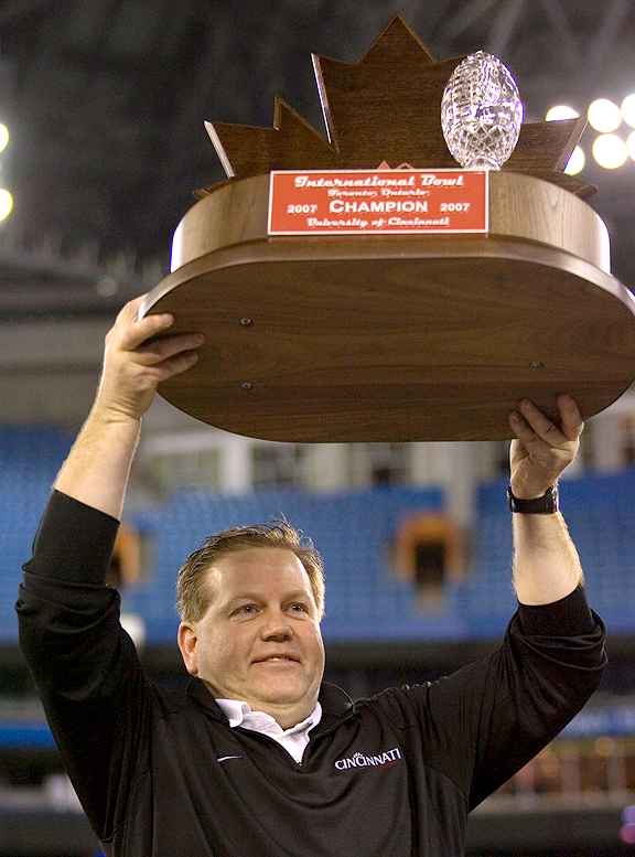 Brian Kelly with the Cincinnati Bearcats in the International Bowl in 2007