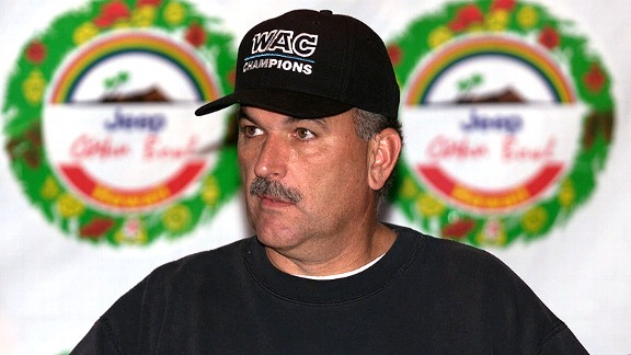 June Jones with the Hawaii Warriors at the 1999 Oahu Bowl