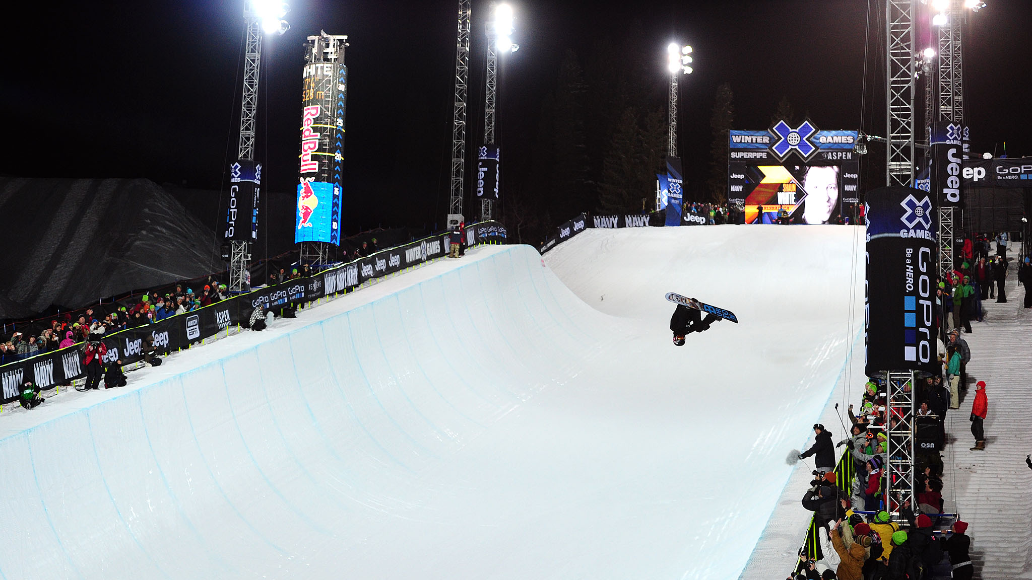 Shaun White cruised to a sixth straight SuperPipe win, notching a 98 on his second run.