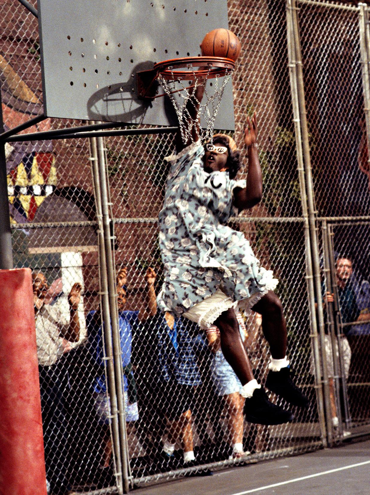 Abuela jugando al basket