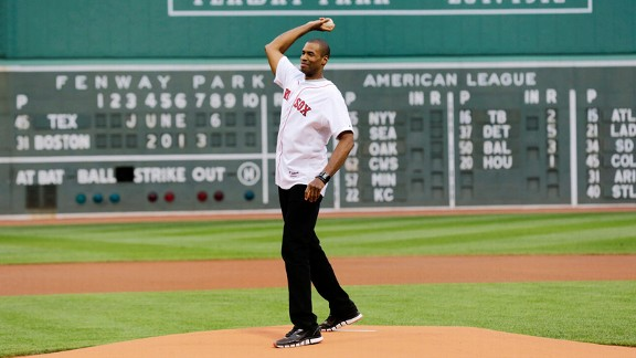 Collins throws out 1st pitch at Red Sox game