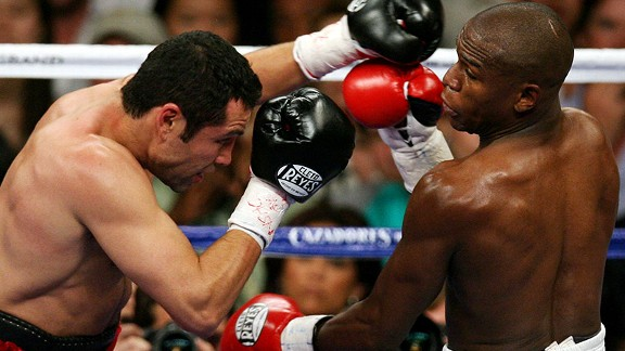 Floyd Mayweather Jr., right, joined Oscar De La Hoya in the