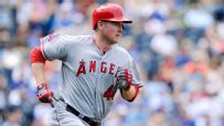 Trumbo heads to D-backs in 3-team trade