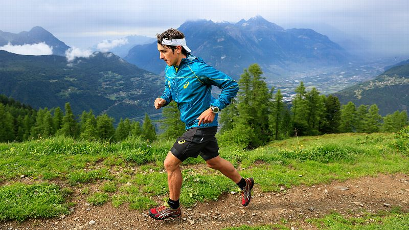 Tackling the second leg for Team Ultra Trail, Xavier Thevenard, 26, of France, who won last year's Ultra-Trail du Mont Blanc, moves through the mountains at lightning speed, covering a total of 43.4 kilometers in 4 hours and 16 minutes. The young runner also has a background in biathlon and cross-country skiing.