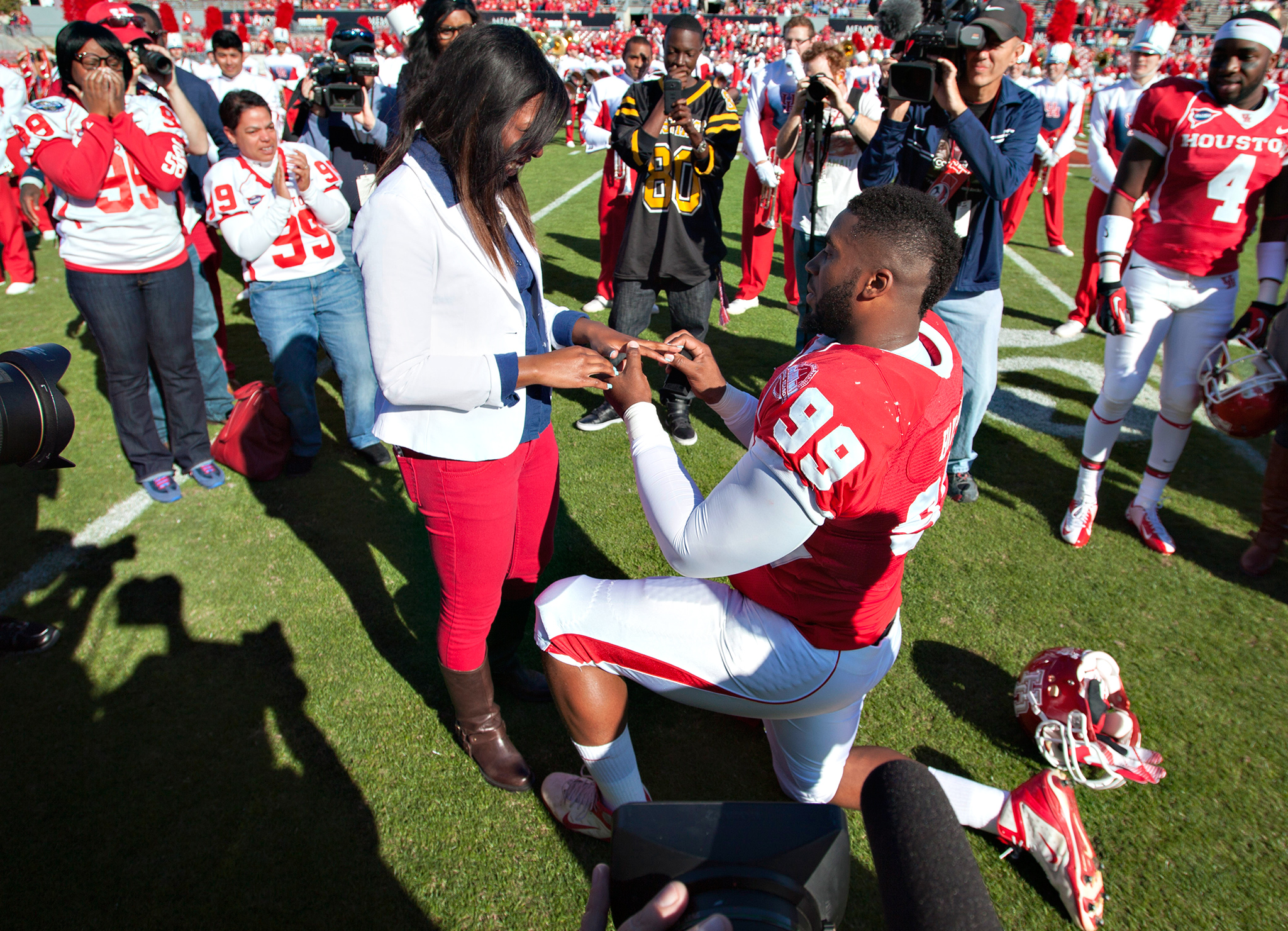 Before taking the field to take on Tulane back in 2012, Houston defensive tackle Dominic Miller thrilled the crowd and proposed to his girlfriend on the 50-yard line.