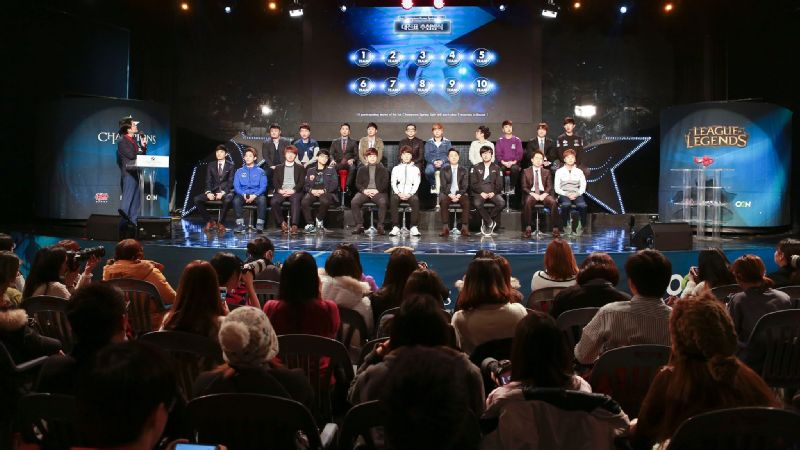 Fans watch their favorite players and coaches on stage at the OGN studio.