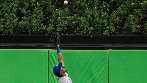 Play of the year? Royals outfielder robs homer at full speed