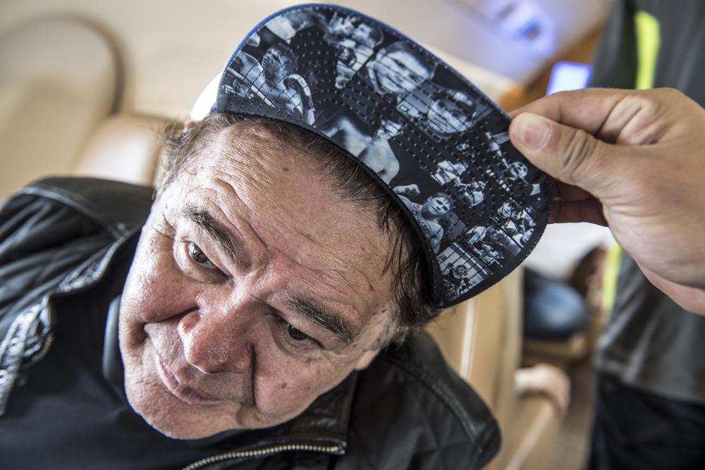 4040e34aa44b03 Eddy Reynoso, Alvarez's trainer, wears a hat declaring
