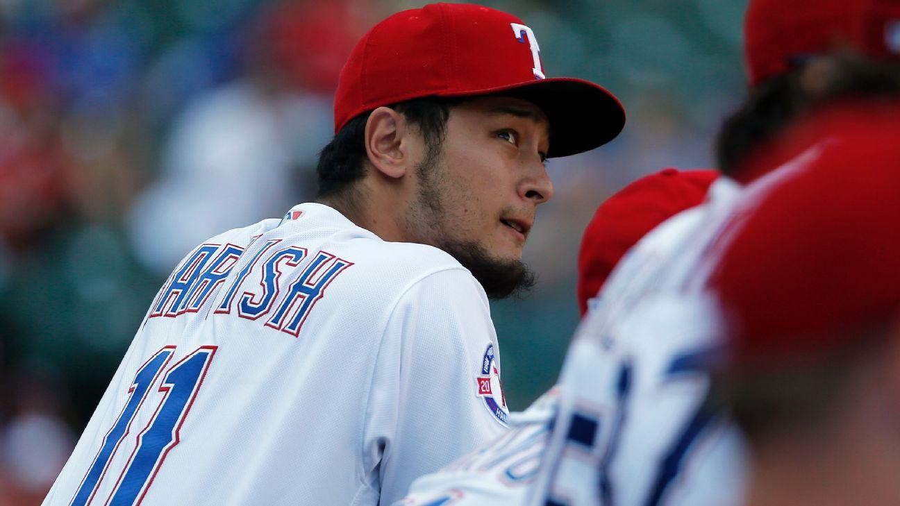 Yu Darvish en dugout de los Rangers mirando