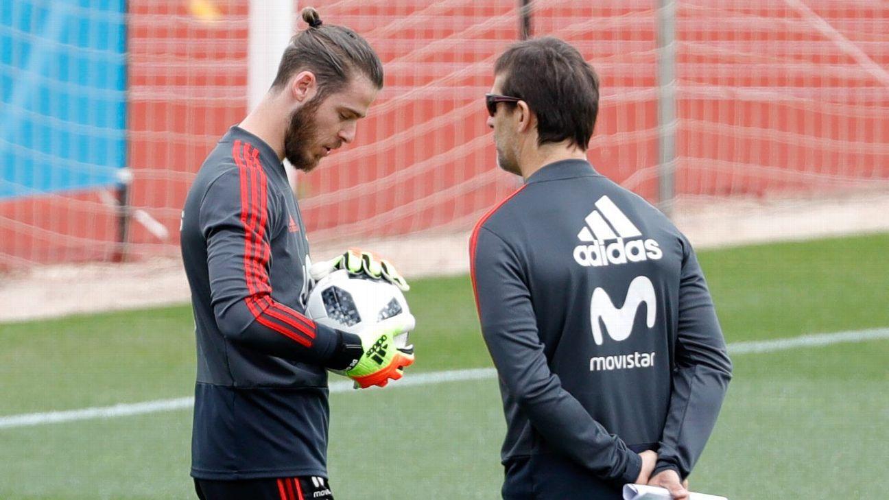 David De Gea and Julen Lopetegui look on during Spain's training session.