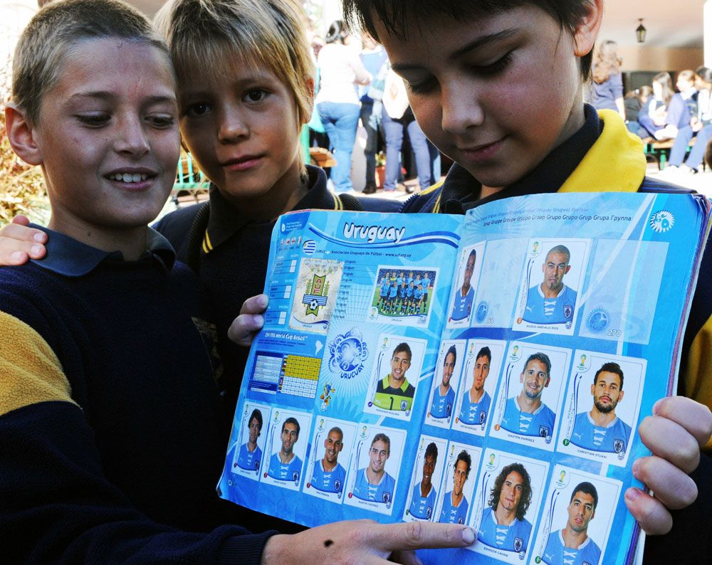 Children from Salto share their stickers of Suarez and Cavani.