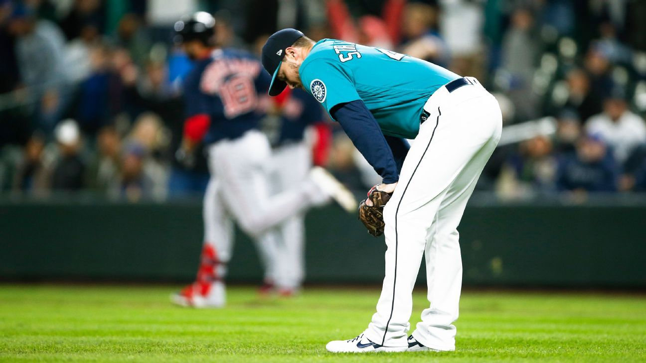 Mariners put closer Strickland (lat strain) on IL