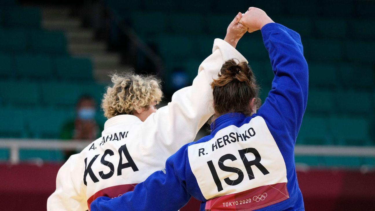 Saudi, Israeli judokas clasp hands after boycotts