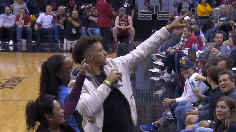 Mahomes keeps arm loose with T-shirt toss