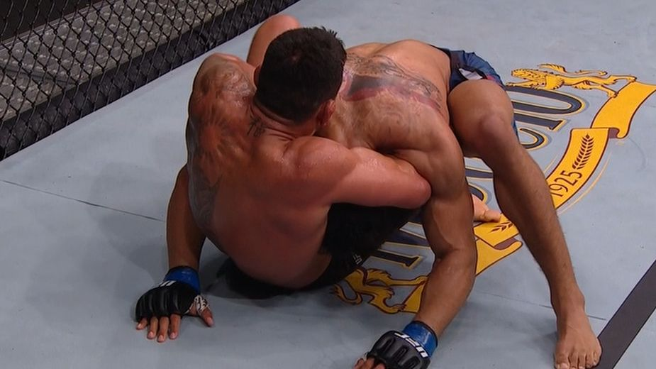 Dos Anjos gets Lee trapped in a headlock