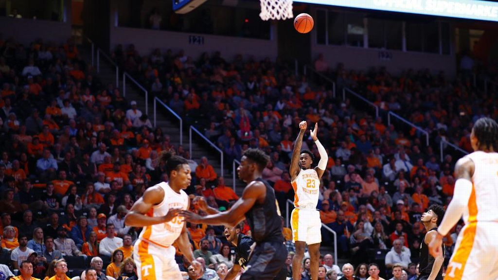 No. 20 Tennessee seniors dominate in win over Hornets