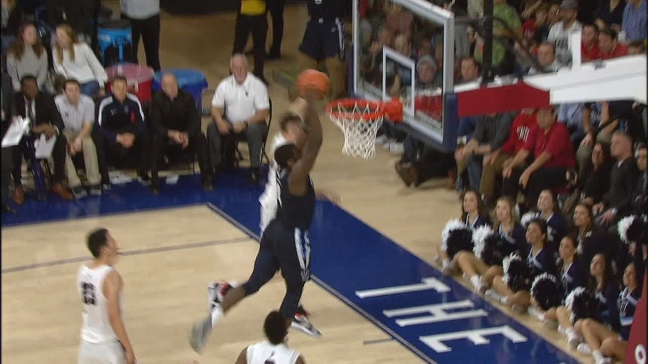 Paschall shows off athleticism with huge dunk