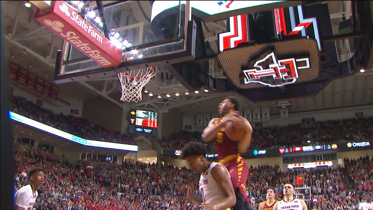 Wigginton makes adjustment mid-air during layup