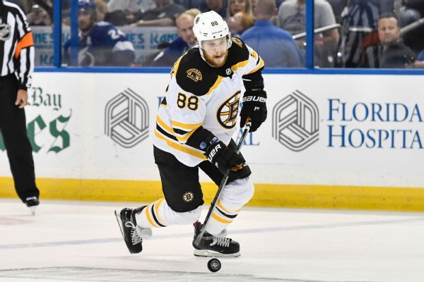 Bruins' Pastrnak (thumb) makes return to lineup