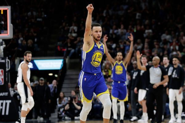 Curry's 61-foot 3-pointer longest FG this season