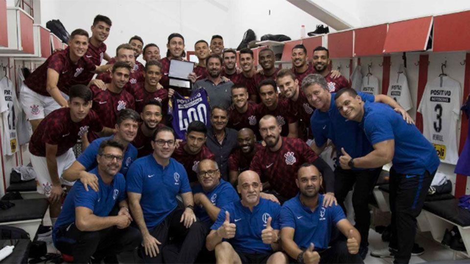 Corinthians entrega camisa comemorativa dos 400 jogos para Cássio