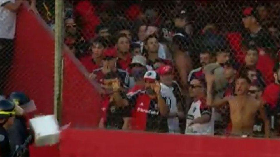 Em eliminação da Copa Argentina, torcida do Newell's briga com a polícia e arremessa parte de vaso sanitário em agente