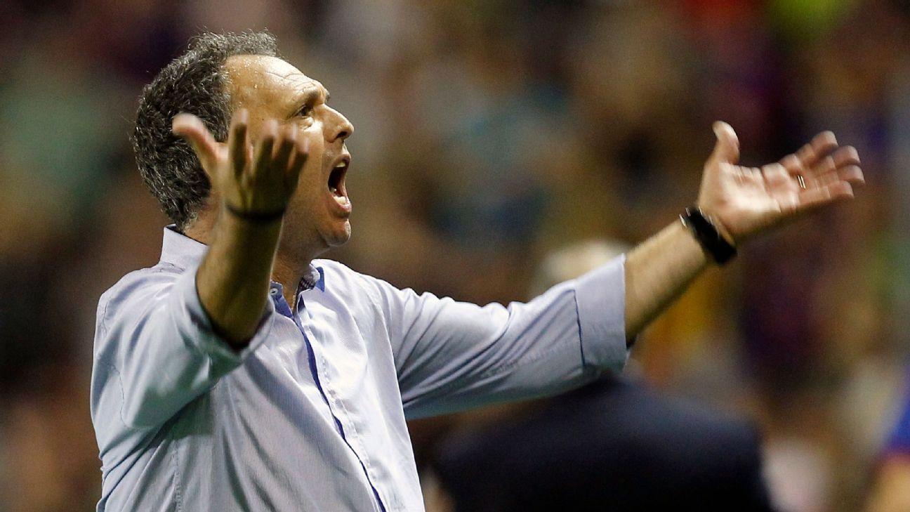 Joaquín Caparrós deja cargo de DT en Sevilla; sigue en el club