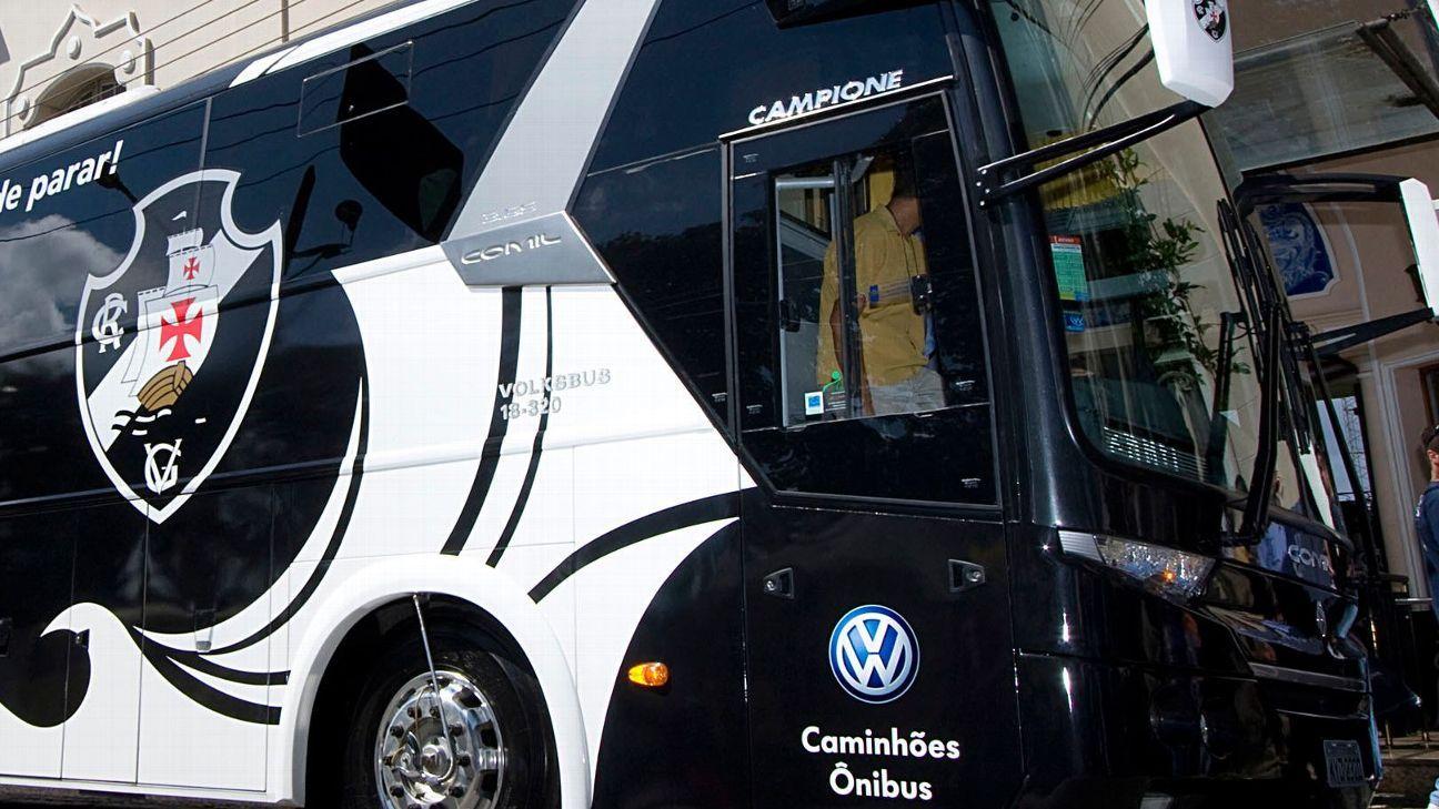 Ônibus do Vasco é alvo de ovadas após desembarque da delegação no Rio de Janeiro