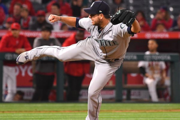 Braves acquire reliever Swarzak from Mariners