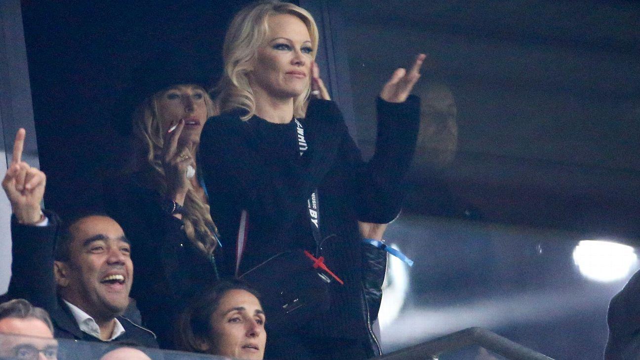 Pamela Anderson, pareja de Adil Rami, critica al Marsella por recaudar fondos para Notre Dame