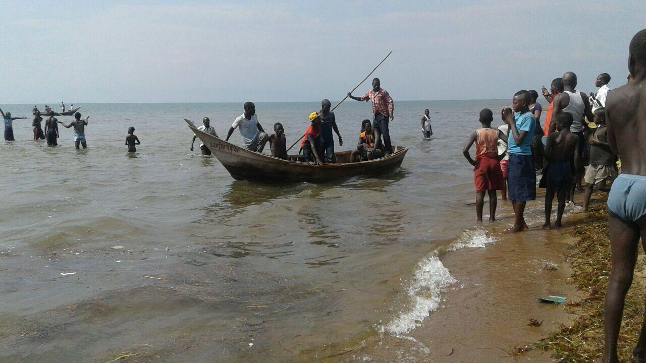 Jogadores e torcedores estão entre os 16 mortos de naufrágio em Uganda
