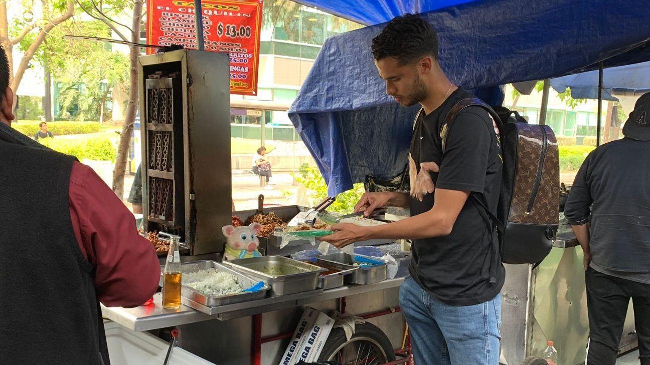 Diego Reyes come tacos en la calle y se vuelve viral