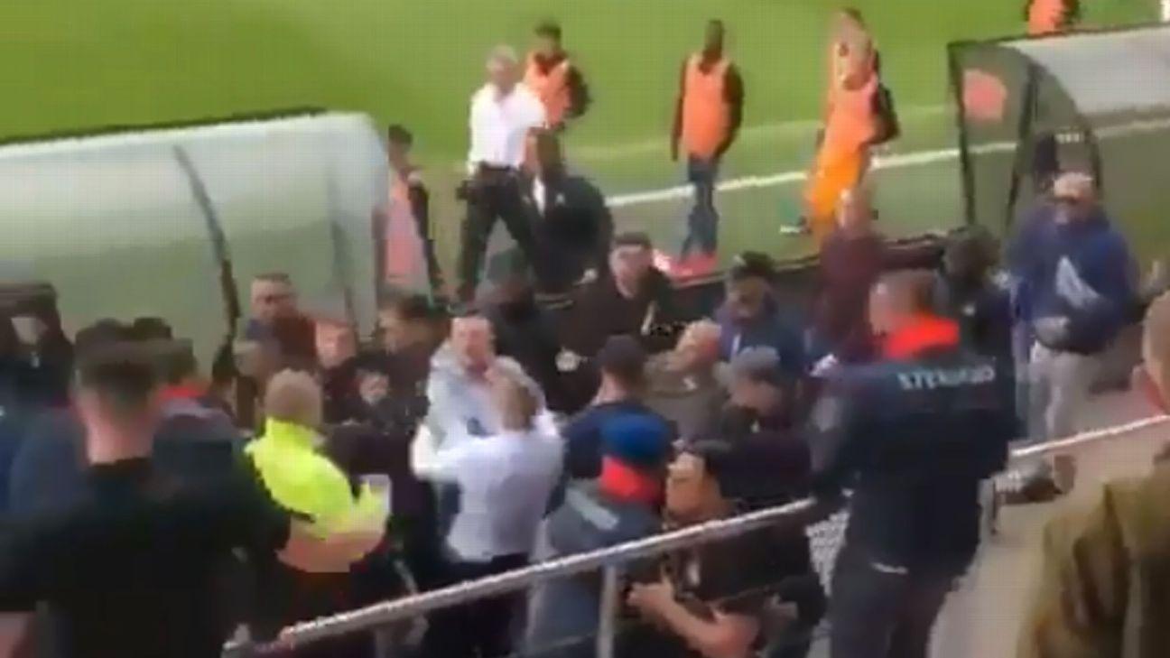 Ultras do Ajax agridem pais dos jogadores sub-19 do Feyenoord e clássico é interrompido; veja