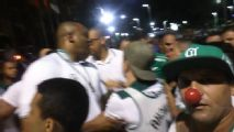 Palmeiras: Organizada protesta no hotel com nariz de palhaço, pipocas e clima tenso