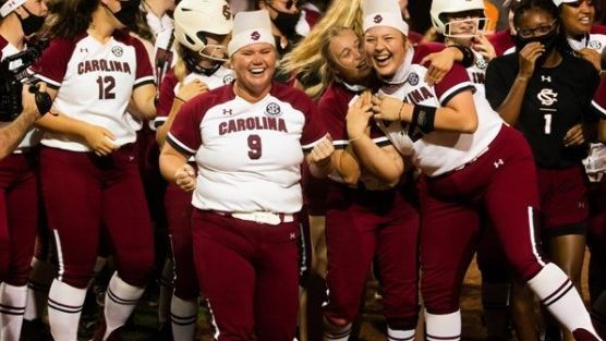 Gamecocks squeeze out win over Vols in extra innings