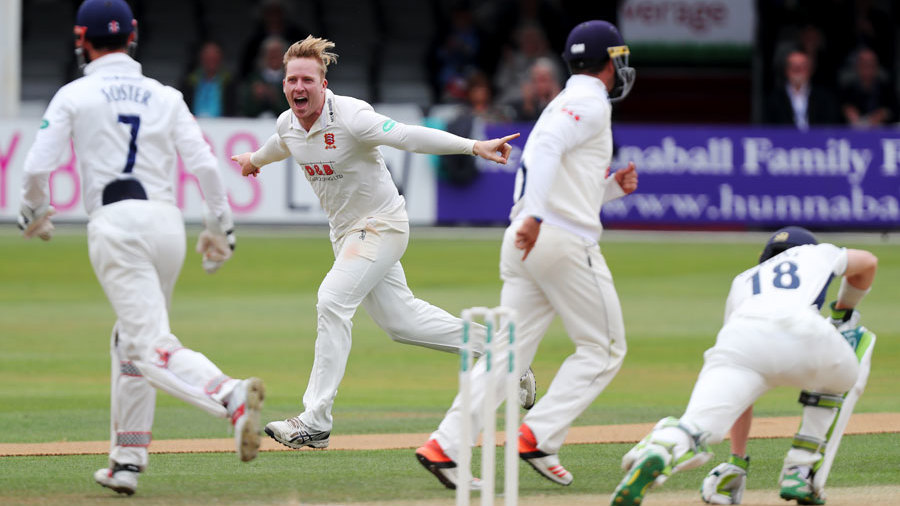 Simon Harmer six-for spins Essex to top of Division One