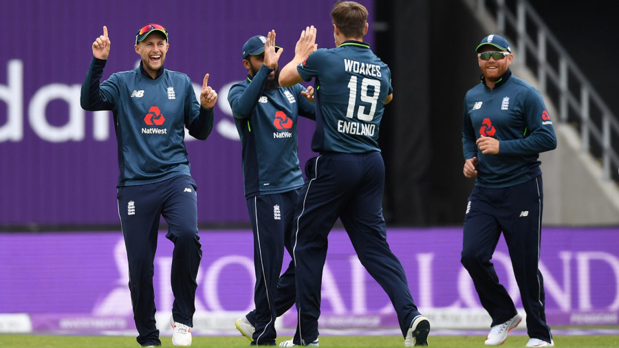 England keep their foot down, Pakistan battle to keep up