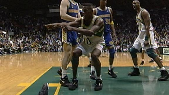Kemp embarrasses Lister with monster dunk and taunt in 1992