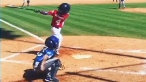 03f930d24 Garoto que nasceu sem um braço bate home run na Little League em cena de  superação