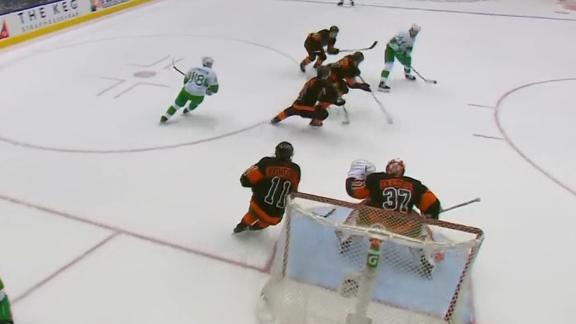 Matthews' two late goals lift Maple Leafs