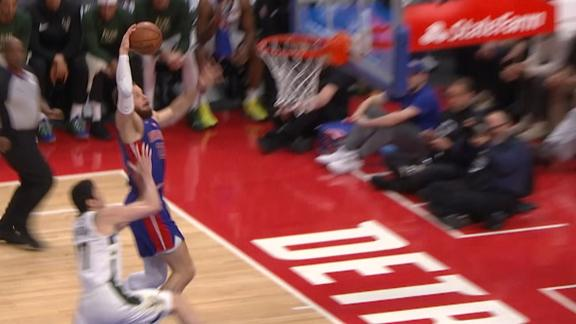 Griffin briefly sidelined after massive dunk
