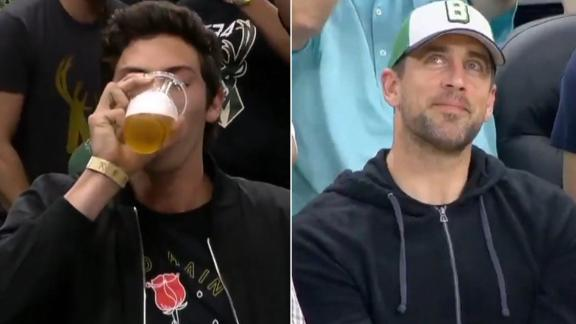 Yelich joins in on beer chug with Rodgers