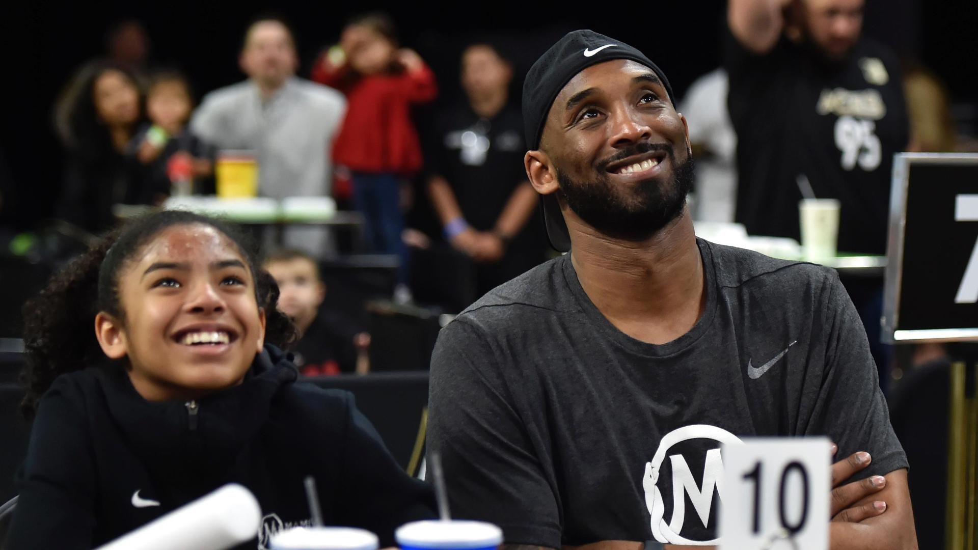 Kobe shows up to the Sparks-Aces game